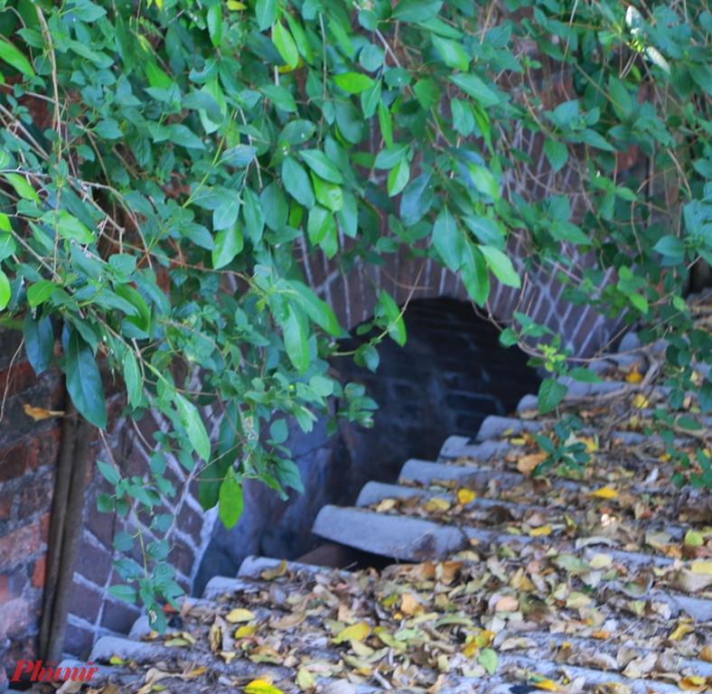 Phía trên mới nhà bà bà Đào vẫn thấy phần cổng thứ 2