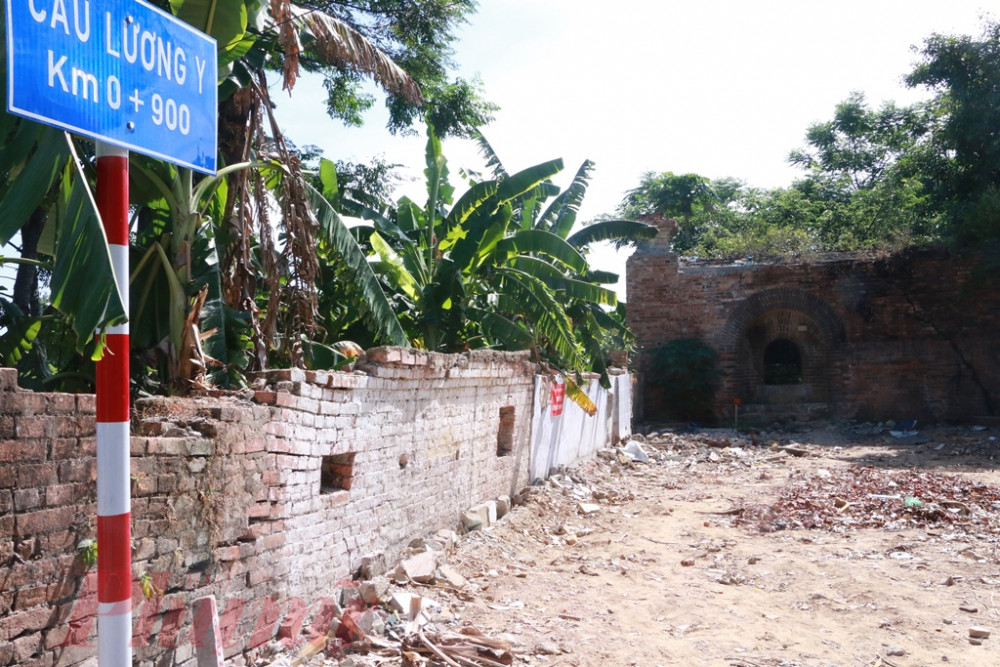 Chiều cổng bên phải nằm cạnh cầu Lương Y