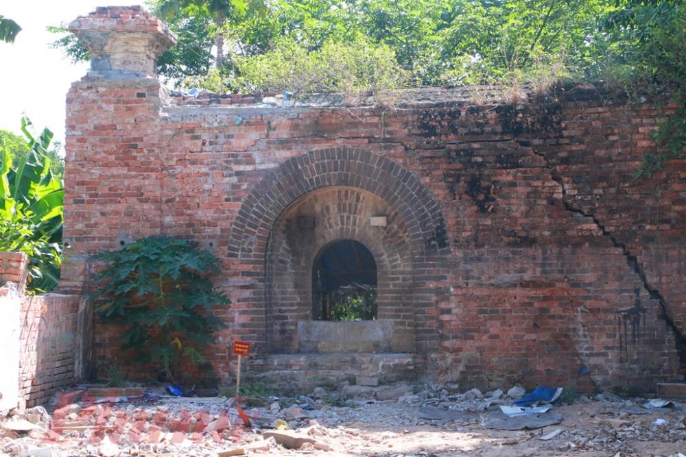Chiếc cổng thành phía bên phải theo nhà nghiên cứu Hồ Vĩnh ông đã thấy từ rất lâu