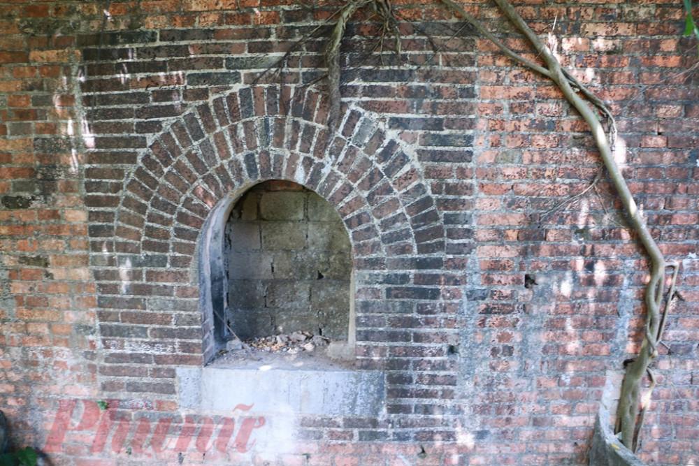 Phía cổng thứu hai bị bít kín