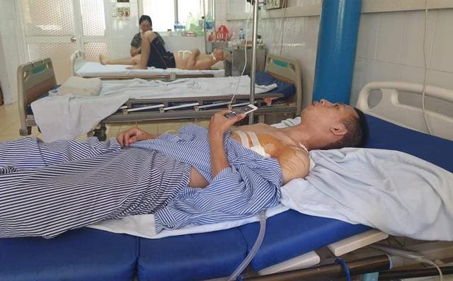 Anh Huy vẫn đang nằm điều trị sau khi bị tên cướp đâm thấu phổi.
