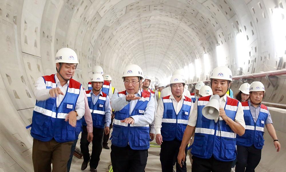 Phó thủ tướng Chính phủ Phạm Bình Minh trong buổi thị sáttuyến Metro số 1 vào ngày29/6. Cụ thể, Phó thủ tướng đãtrực tiếp thị sát, kiểm tra công tác xây dựng, hoàn thiện nhà ga trên cao Công nghệ cao, nhà ga ngầm Ba Son, đường hầm TBM, nhà ga ngầm Nhà hát Thành phố.