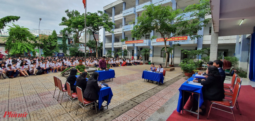 Một phiên tòa giả định chuyên đề dâm ô trẻ em được tổ chức tại trường THCS Thoại Ngọc Hầu, quận  Tân Phú.