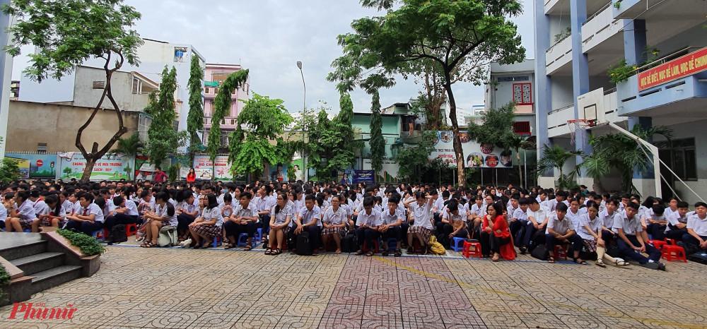 Các em học sinh chăm chú theo dõi các phiên toàn giả định ngay tại sân trường.