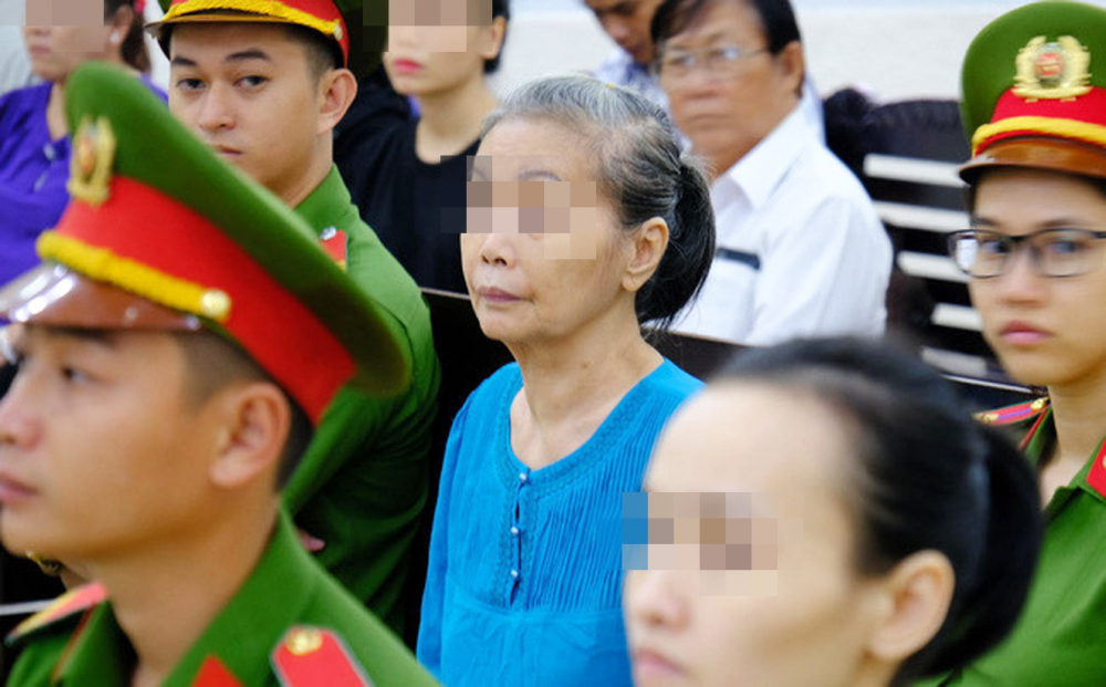 Bà Hồng Hoa - một người mẹ đã bán nhà cửa để đi theo con gái và giáo phái con mình thống lĩnh
