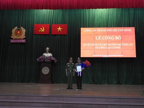 Thượng tướng Lê Quý Vương trao quyết định và tặng hoa Trung tướng Lê Đông Phong. Ảnh: CA