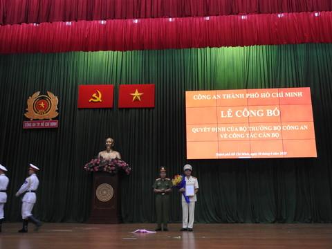 Thượng tướng Lê Quý Vương trao quyết định và tặng hoa chúc mừng Đại tá Lê Hồng Nam. Ảnh: CA