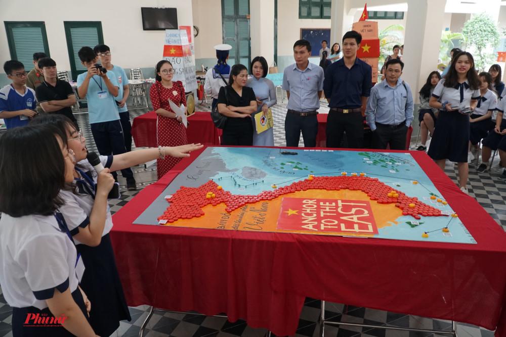 Các em học sinh đang thuyết trình về sa bàn Hoàng Sa - Trường Sa