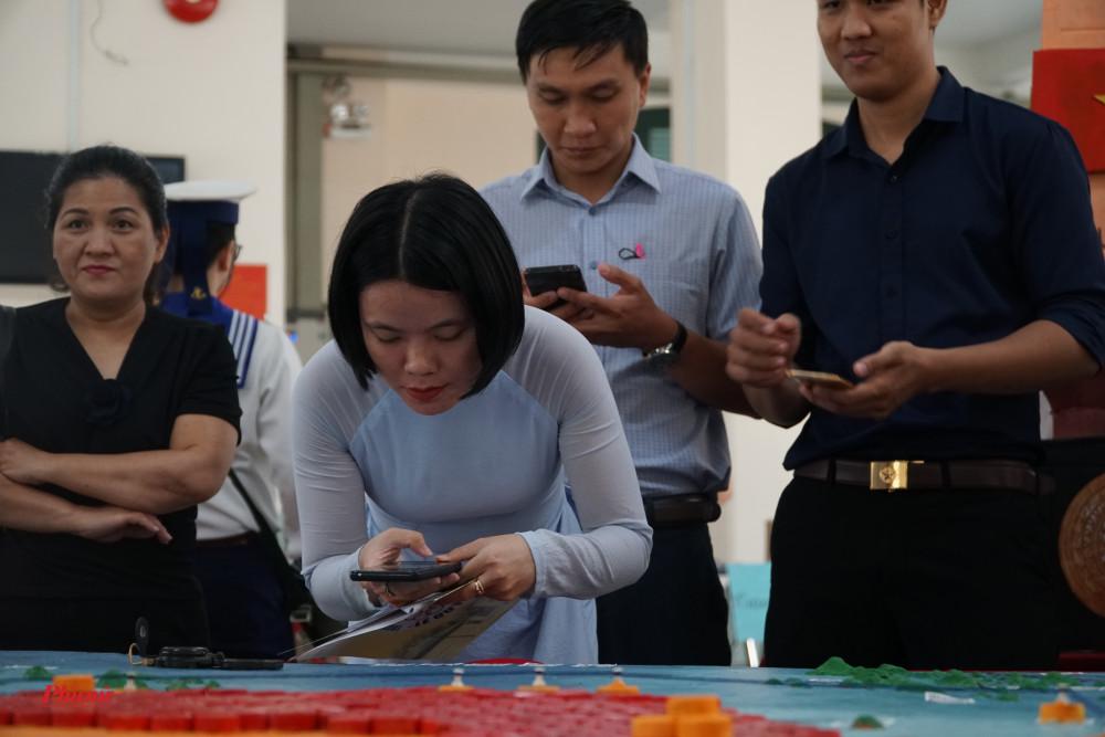 Thầy cô kiểm tra thông tin trên mã QR của các em học sinh