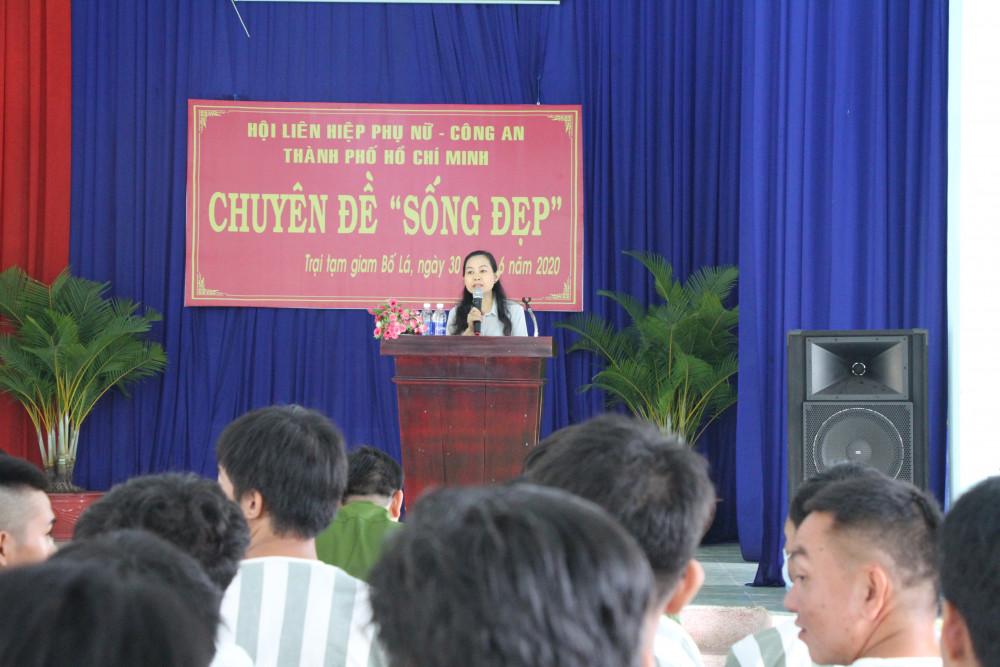 Bà Lâm Thị Ngọc Hoa - Phó Chủ tịch thường trực Hội LHPN TP, nói chuyện trước các n