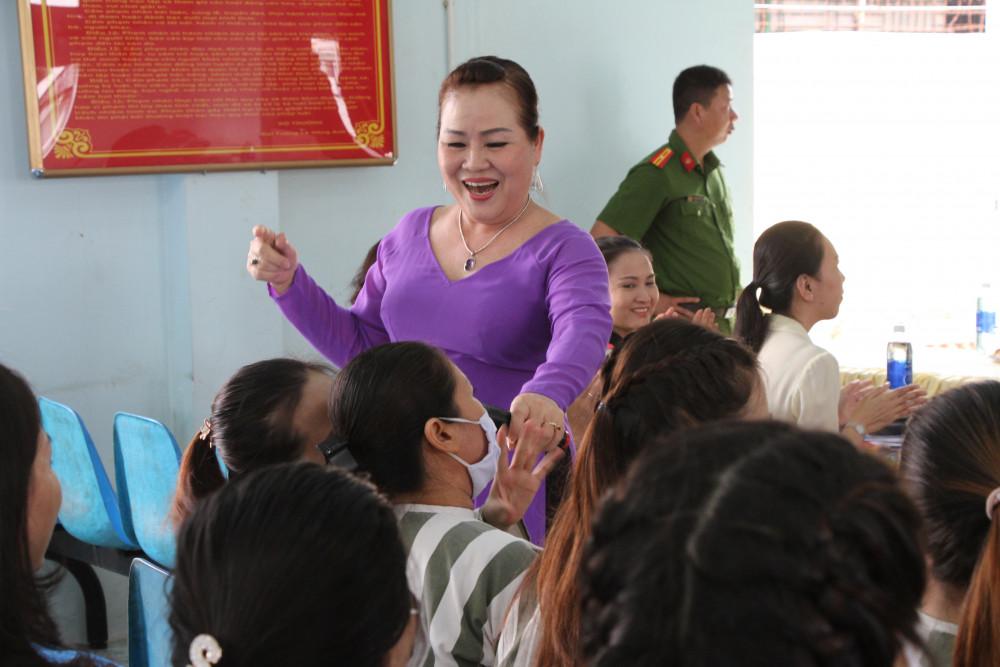 Nghệ sĩ ưu tú Quỳnh Liên vừa hát vừa giao lưu với một nữ phạm nhân.