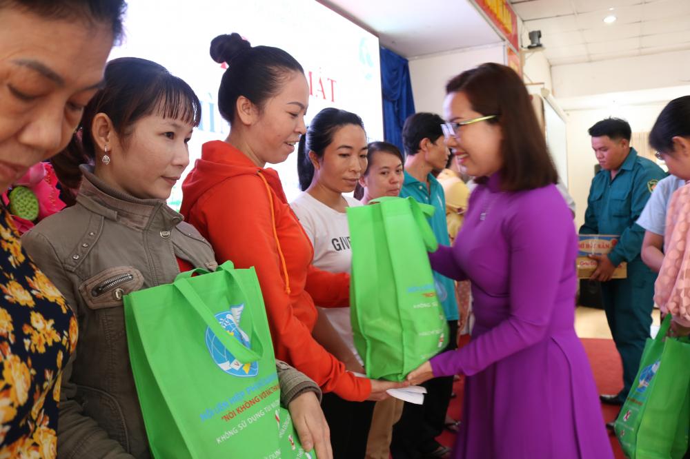 Bà Đỗ Thị Thu Cúc - Chủ tịch Hội LHPN quận Bình Tân - trao quà cho anh chị em công nhân.