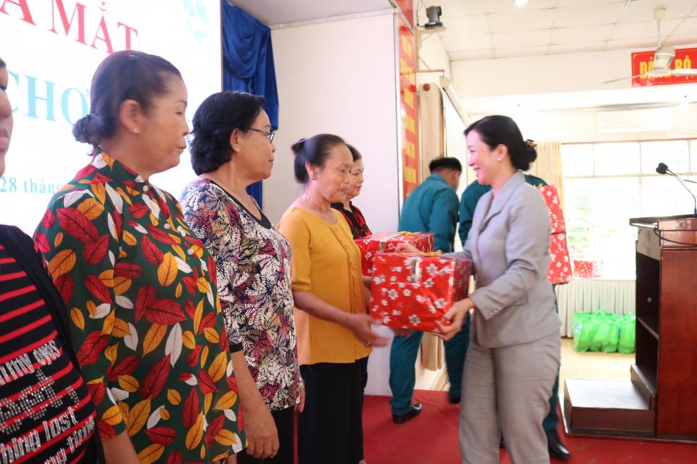 Bà Phạm Thị Ngọc Diệu - Phó chủ tịch UBND quận Bình Tân - chia sẻ nieềm ui, cảm ơn các chủ nhà trọ.