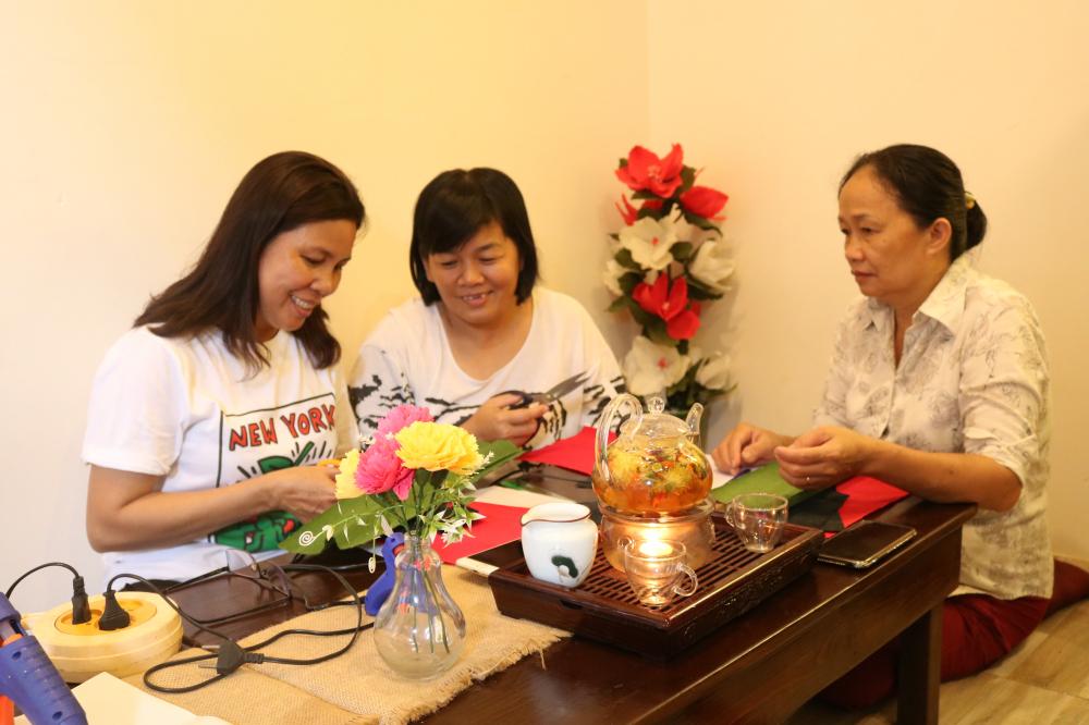 Niềm vui cuối tuần của chị em ở quận Thủ Đức là tề tựu làm hoa giấy.