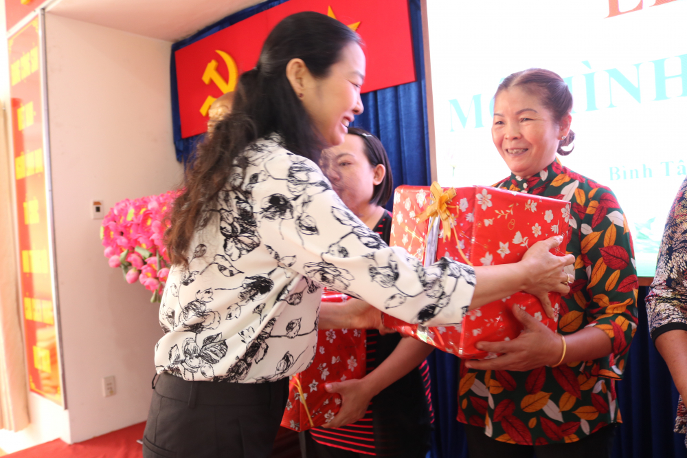 Bà Lâm Thị Ngọc Hoa - Phó chủ tịch thường trực Hội LHPN TP.HCM - trao quà và cảm ơn những chủ nhà trọ đầu tiên tham gia mô hình trong vài trò người hỗ trợ.