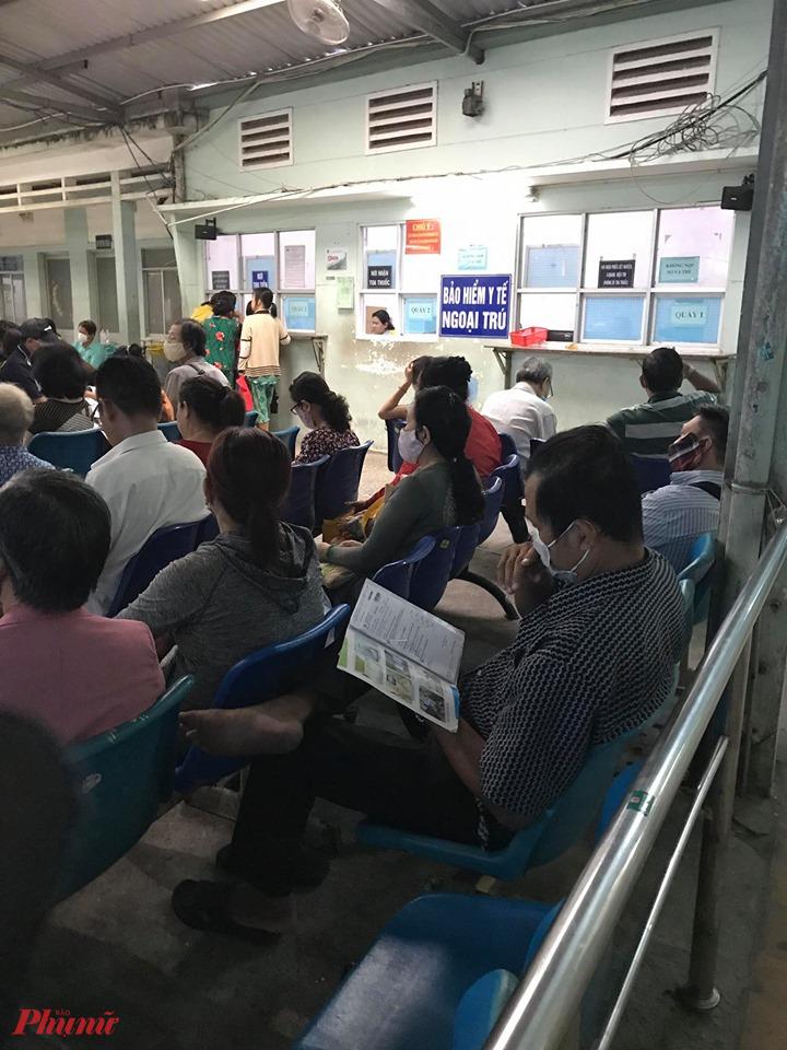 Bệnh nhân chờ nhận thuốc tại Bệnh viện An Bình