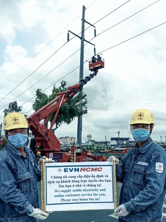 Công nhân ngành điện TP.HCM đảm bảo điện trong những ngày cách ly phòng, chống dịch