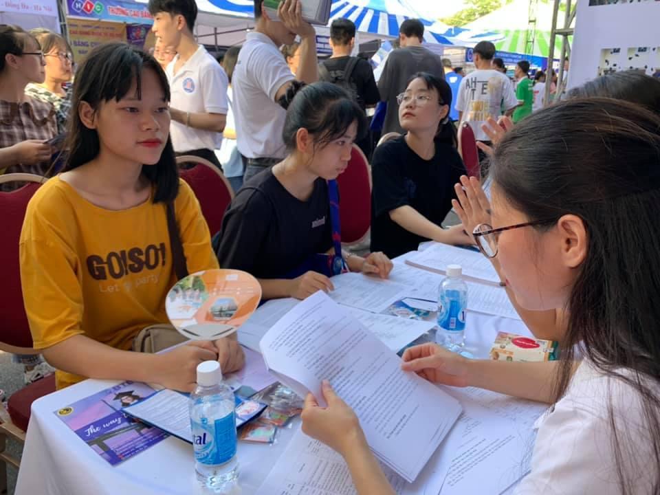 Nhiều học sinh đăng ký 20 nguyện vọng xét tuyển đại học