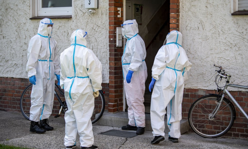 Nhân viên y tế đến kiểm tra một chung cư dành cho công nhân tại Đức hôm 22/6.