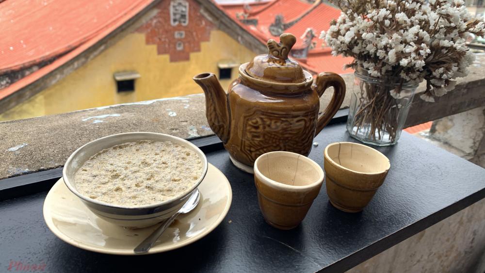 Chén cà phê thuốc bắc cùng không gian thanh bình phía trước