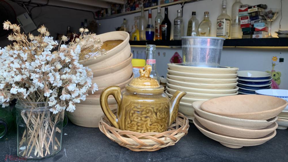 Ấm trà cùng những vật dụng xưa cũ là nét đặc trưng của quán
