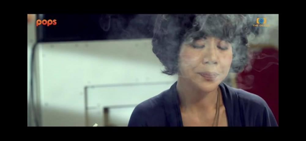 Hình ảnh Mai chi hút thuốc, phà khói hoàn toàn khong phục vụ cho mục đích nghệ thuật