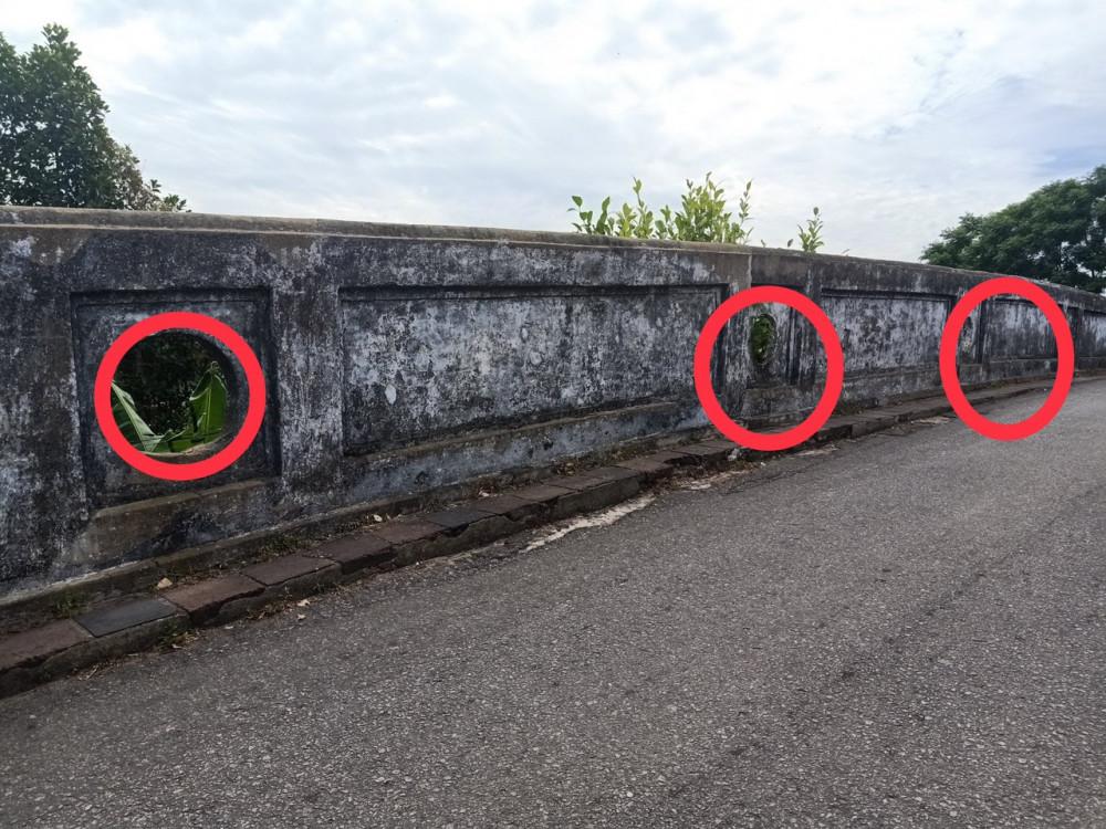 Những pháo môn (13 chiếc) ở trên lan can cửa Đông Thành Thủy Quan tức cầu Lương Y hiện nay, ảnh phòng NCKH Trung tâm BTDTCĐ Huế