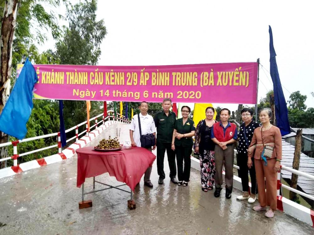Chị Phương (thứ 2 từ phải qua) cùng nhóm bạn tham gia khánh thành cầu giao thông nông thôn tại tỉnh Đồng Tháp