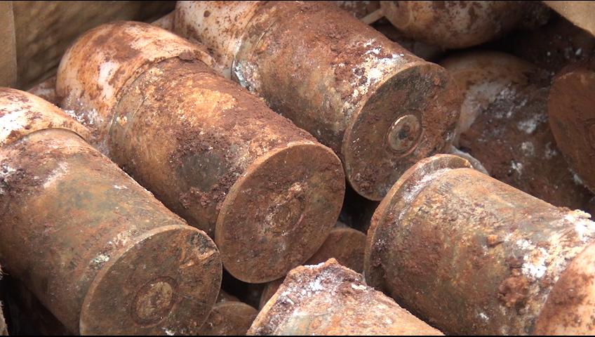 Số đạn cối còn nguyên kíp nổ được gia đình chị Nguyễn Ngân Soa, ngụ thôn 2, xã Minh Hưng phát hiện khi đào móng làm hồ chứa nước thải sinh hoạt gia đình.