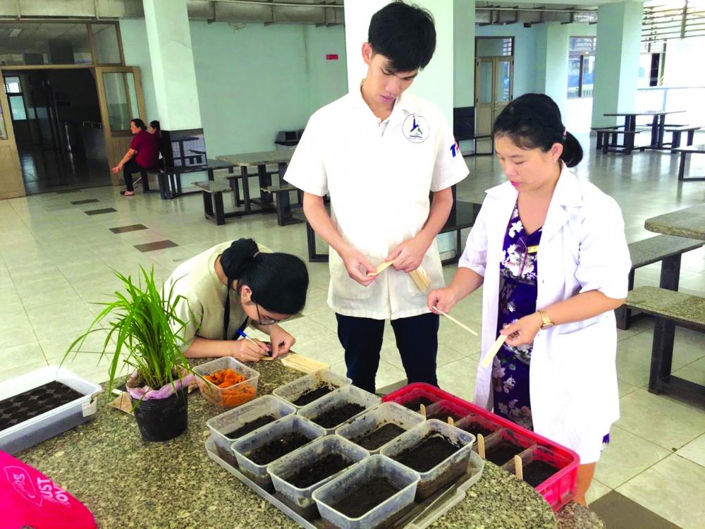 tiến sĩ Phạm Thị Thu Hà không ngại cầm tay chỉ việc cho sinh viên với mong muốn truyền cảm hứng và niềm đam mê khoa học cho các em