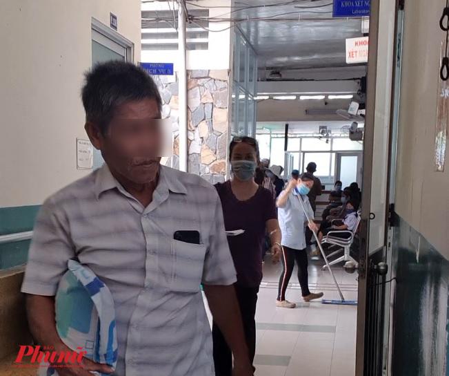 Nhiefu người vô tư khong mang khẩu trang khi đến bệnh viện