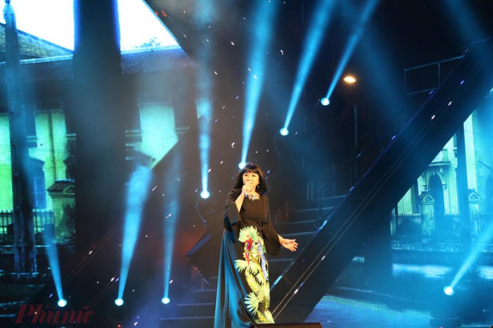 Ca sĩ Cẩm Vân hát Thành phố tình yêu và nỗi nhớ