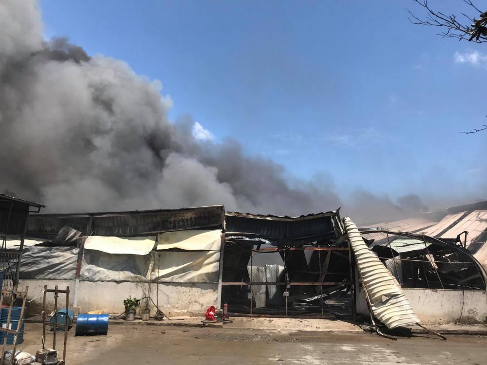 Đến 11g30, khoảng 1.000m2 nhà xưởng đã bị đổ sập