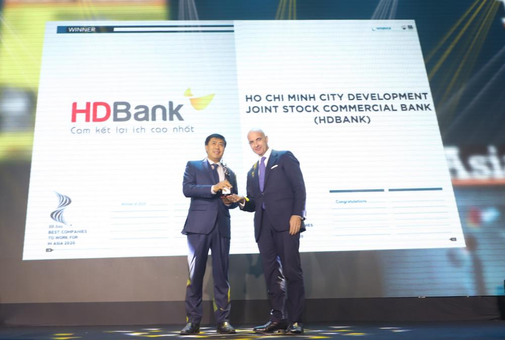 Đại diện HDBank Tiến sĩ Lê Thành Trung –Phó tổng giám đốc lên nhận giải thưởng