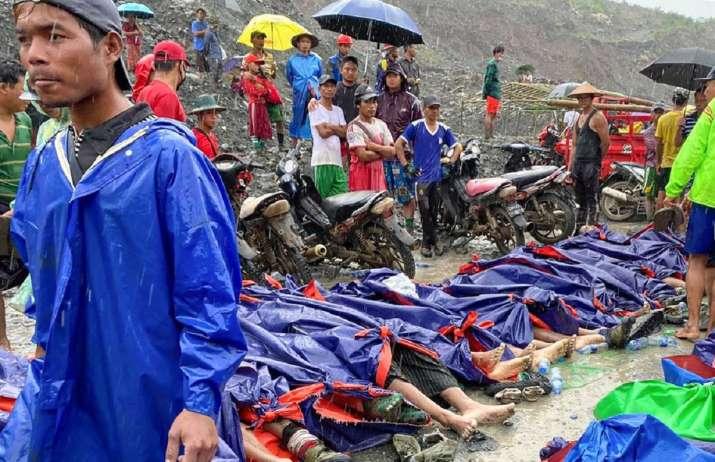 Hàng chục xác chết được tìm thấy từ đống bùn đất.