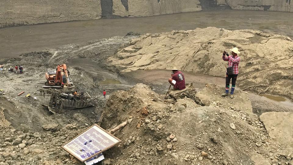 Các hầm mỏ khai thác ngọc và hổ phách tại Myanmar thu hút nhiều lao động tự do, làm việc trong điều kiện đầy nguy hiểm.