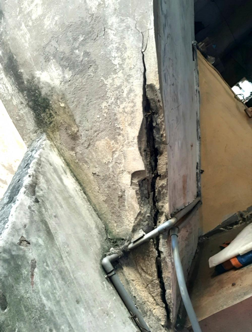 Tường nứt, trần sập, mái thủng… là thực trạng của rất nhiều chung cư cũ ở TP.Hà Nội hiện nay