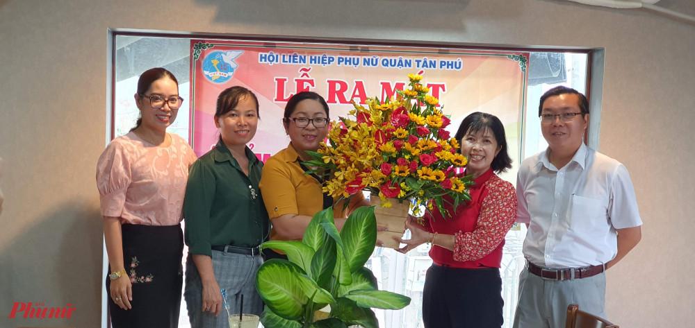 Hội LHPN quận tặng hoa cảm ơn