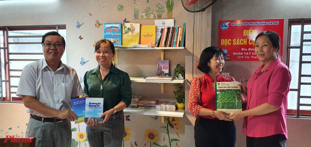 Một số hình ảnh các đơn vị và cá nhân, hội viên phụ nữ tặng sách cho điểm đọc sách cộng đồng tại phường Tây Thạnh, quận Tân Phú