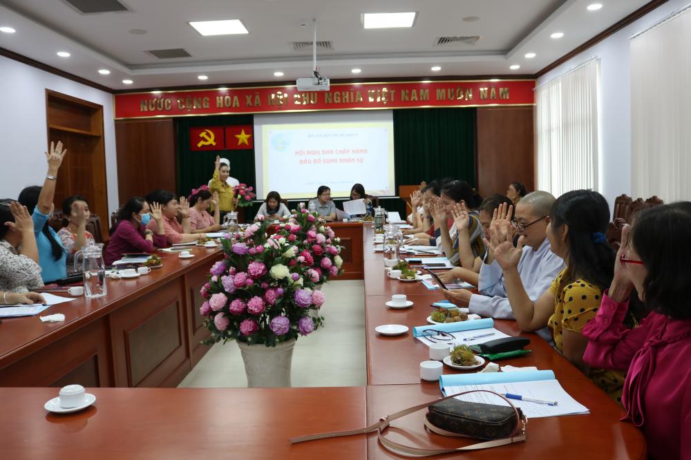 Đại biểu biểu quyết nhất trí bầu bà Nguyễn Hạnh Thảo tham gia Ban Chấp hành, Ban Thường vụ, giữ chức Chủ tịch Hội LHPN quận 9 nhiệm kì 2016-2021.