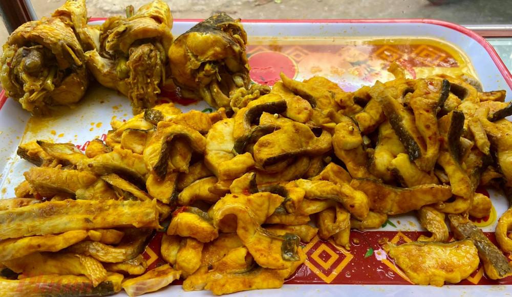 Vẻ hấp dẫn của món cá lóc sau quá trình chế biến, khách có thể chọn đầu cá, xương hoặc thịt cá khi gọi món
