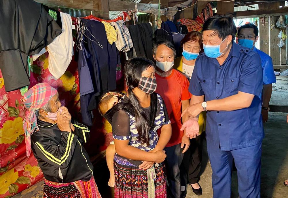 Thứ trưởng Bộ Y tế Đỗ Xuân Tuyên tới thăm gia đình có người mắc bệnh bạch hầu tại tỉnh Đắk Nông - Ảnh: VGP/Mạnh Cường