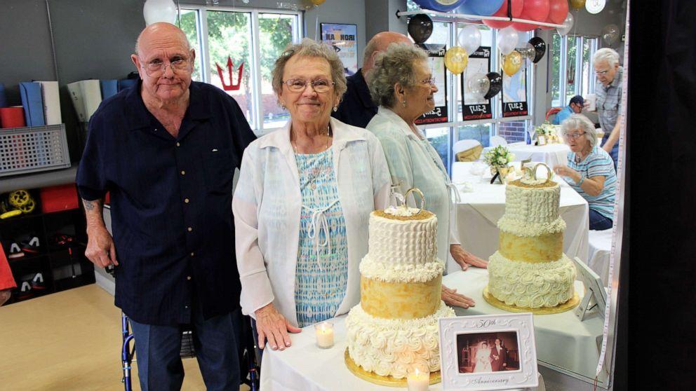 Ông Curtis và bà Betty luôn cảm thấy hạnh phúc khi bên nhau. Ảnh CNN