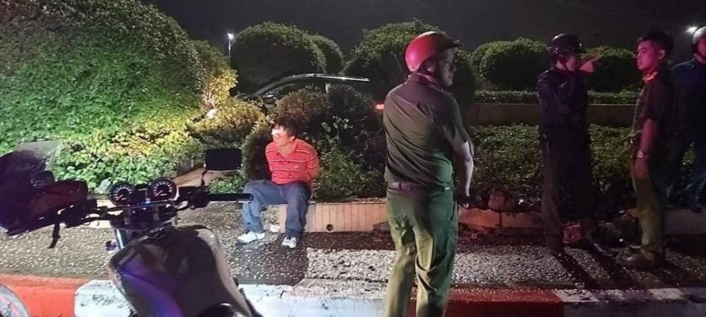 Đối tượng cướp xe taxi bị khống chế, bắt giữ