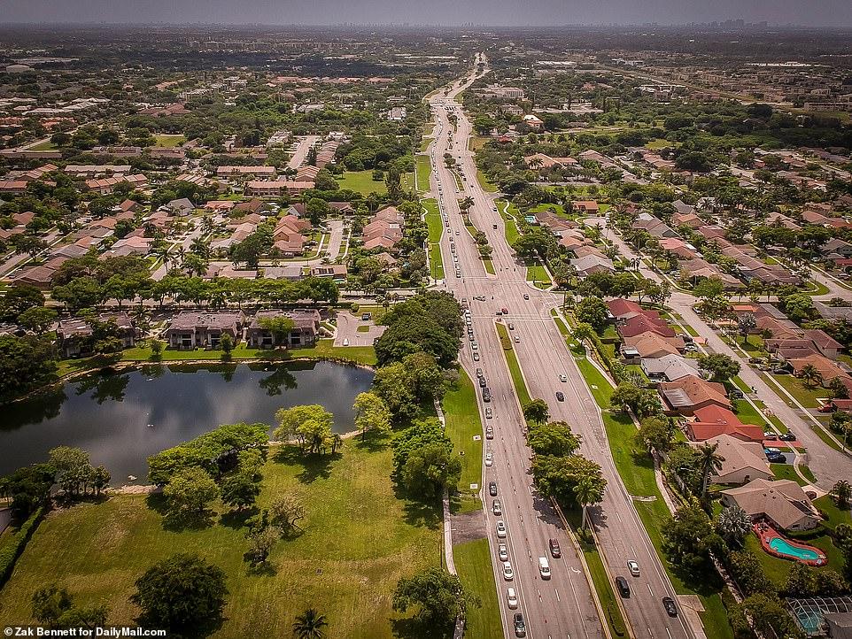 Hàng xe dài chờ đợi nhận hàng cứu trợ hôm 1/7 tại thành phố Miami, bang Florida.