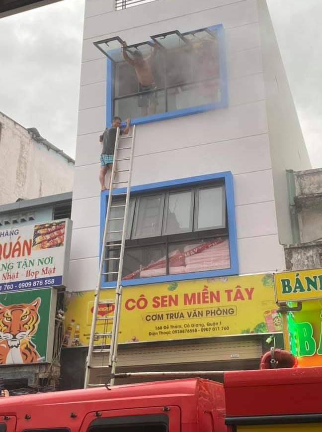 Lực lượng cứu hộ phải dùng thang đưa người mắt kẹt thoát khỏi đám cháy