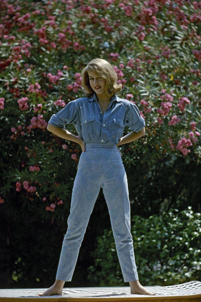 Bức ảnh được chụp năm Jane Fonda 19 tuổi trong bộ trang phục đơn sắc, giúp tôn dáng và sành điệu: áo denim với phần tay áo xắn cao  kết hợp với quần dài in họa tiết.
