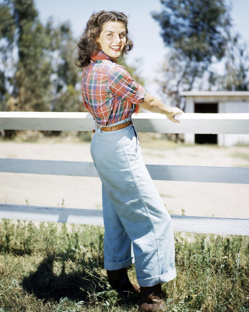 Jane Russell là một trong những ngôi sao gợi cảm nổi tiếng của thập niên 1940 – 1950, nhưng năm 1949, cô đã giới thiệu một diện mạo mới của mình. Một chiếc quần jean lưng cao, phối hợp với sơ mi sọc và đôi bốt sậm màu được Jane Russell thay thế cho hình ảnh thường thấy trong trang phục áo tắm.