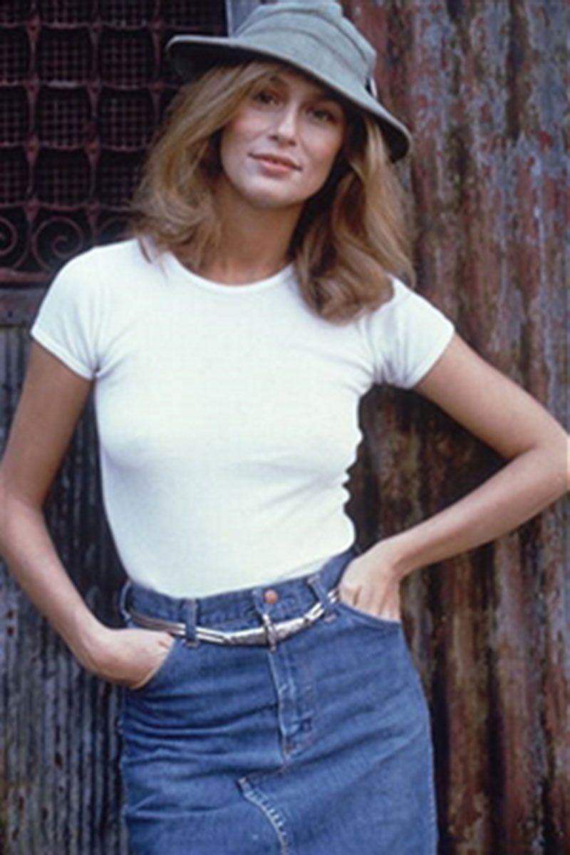 Thập niên 1970, chiếc váy jean đã trở thành món đồ chính trong tủ quần áo của bạn gái trẻ. Người mẫu Mỹ Lauren Hutton lịch lãm và phóng khoáng với chiếc mũ rộng vành, áo thu trắng đơn giản và chiếc váy denim được thắt eo.