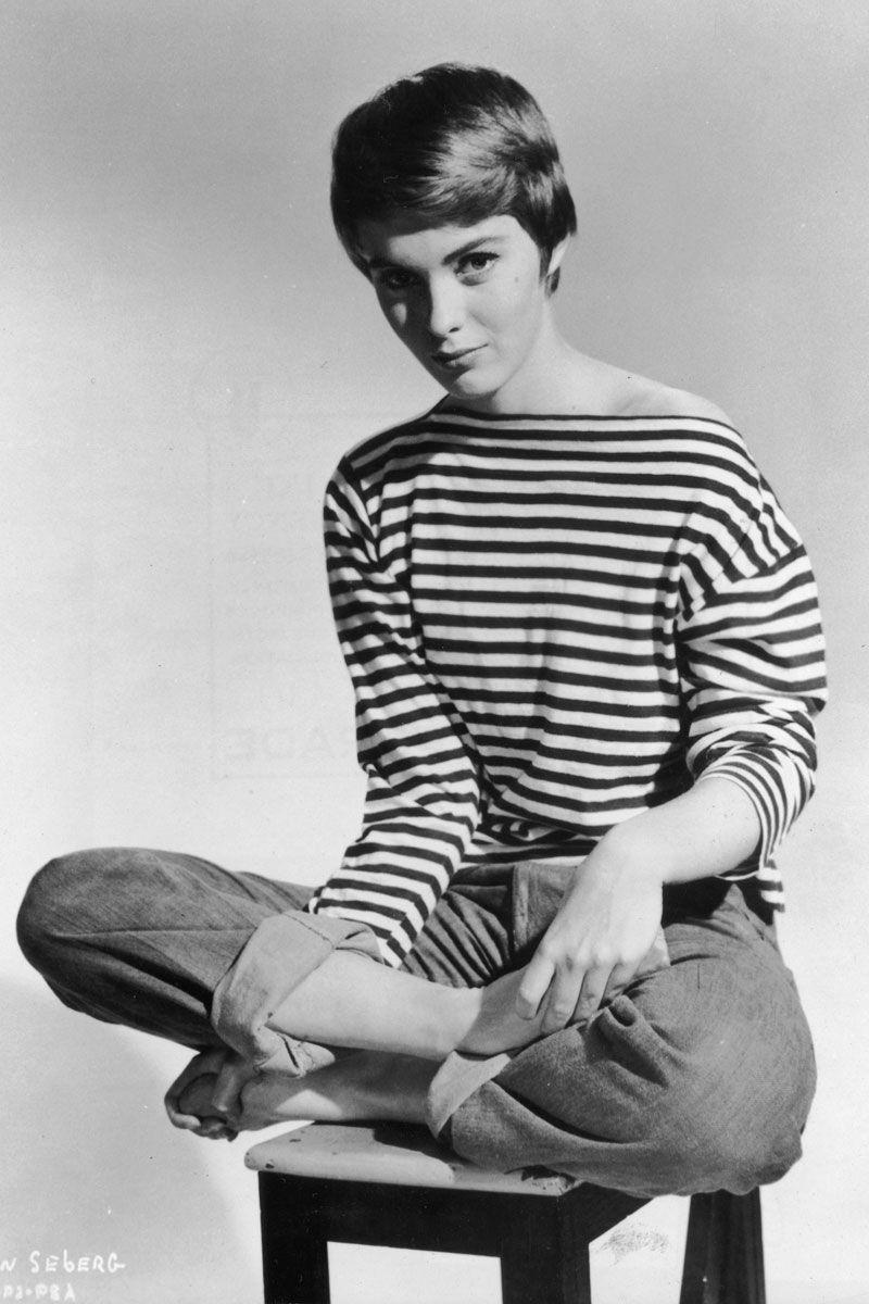 Người mẫu Anh Jean Shrimpton ấn tượng, trẻ trung khi phối hợp chiếc áo thun sọc ngang đơn giản với quần baggy jeans.